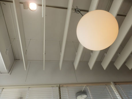 木製のシェードが個性的な天井