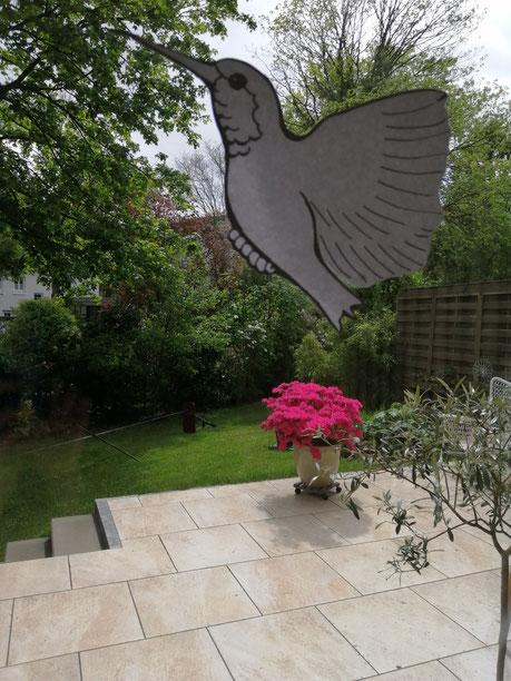 Blick auf Terrasse, mit Vogelbild am Fenster