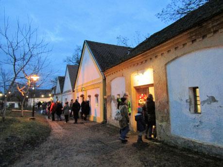 Kellergasse mit Besuchern in Unterstinkenbrunn, wo es gar nicht stinkt.