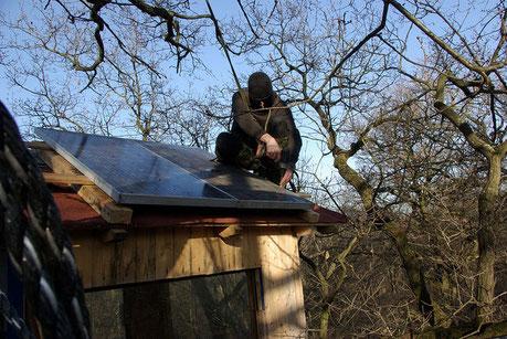 Baumbesetzung Oaktown. Aubau der Stromversorgung in Oaktown auf dem Dach von dem Baumhaus Mona. Feb. 2017.