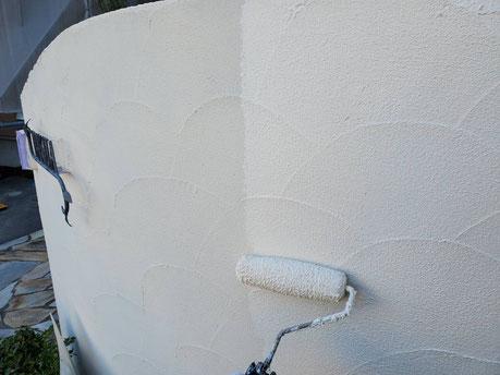 養老町、大垣市、平田町、南濃町、海津町、上石津町、輪之内町で外壁塗装工事中の外壁塗装工事専門店。養老町大場で外壁塗装工事/塀の上塗り作業中
