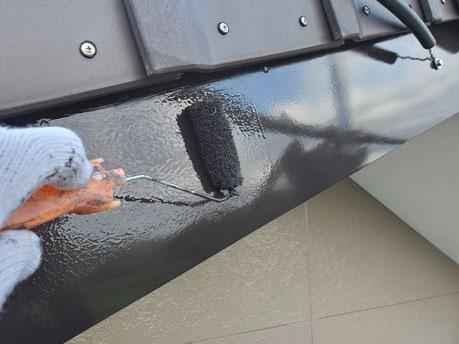 養老町、大垣市、平田町、南濃町、海津町、上石津町、輪之内町で外壁塗装工事中の外壁塗装工事専門店。養老町一色で外壁塗装工事/付帯の上塗り作業中