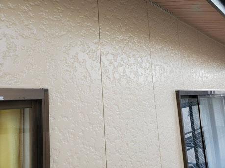 養老町、大垣市、平田町、南濃町、海津町、上石津町、輪之内町で外壁塗装工事中の外壁塗装工事専門店。養老町押越で外壁塗装工事/外壁の上塗り作業中