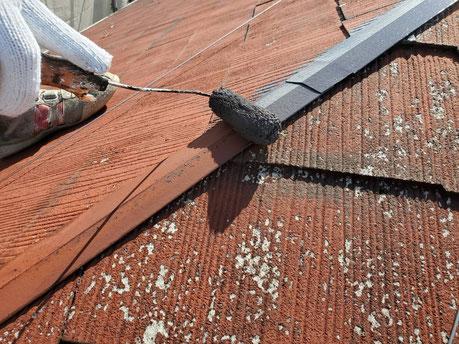 養老町、大垣市、平田町、南濃町、海津町、上石津町、輪之内町で屋根塗装工事中の屋根塗装工事専門店。養老町大場で屋根塗装工事/屋根板金部の錆止め塗布作業中