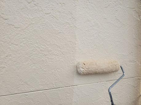養老町、大垣市、平田町、南濃町、海津町、上石津町、輪之内町で外壁塗装工事中の外壁塗装工事専門店。養老町大場で外壁塗装工事/外壁の上塗り作業中