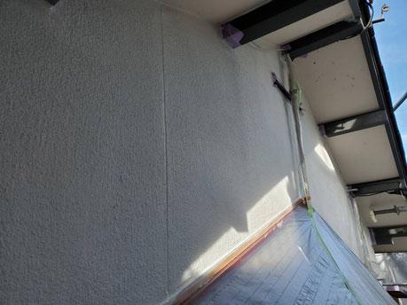 大垣市、養老町、上石津町、輪之内町、安八町、神戸町、垂井町、瑞穂市、池田町で外壁塗装工事中の外壁塗装工事専門店。大垣市笠木町で外壁塗装工事/外壁の下塗り作業中