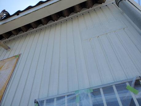 養老町、大垣市、平田町、南濃町、海津町、上石津町、輪之内町で外壁塗装工事中の外壁塗装工事専門店。養老町石畑で外壁塗装工事/外壁トタンの下塗り作業中