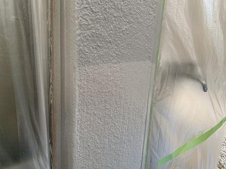 大垣市、養老町、上石津町、輪之内町、安八町、神戸町、垂井町、瑞穂市、池田町で外壁塗装工事中の外壁塗装工事専門店。大垣市笠木町で外壁塗装工事/外壁の上塗り作業中