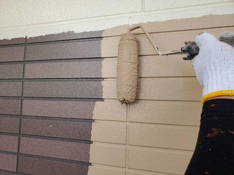 養老町、大垣市、平田町、南濃町、海津町、上石津町、輪之内町で外壁塗装工事中の外壁塗装工事専門店。養老町鷲巣で外壁塗装工事/外壁の中塗り作業中