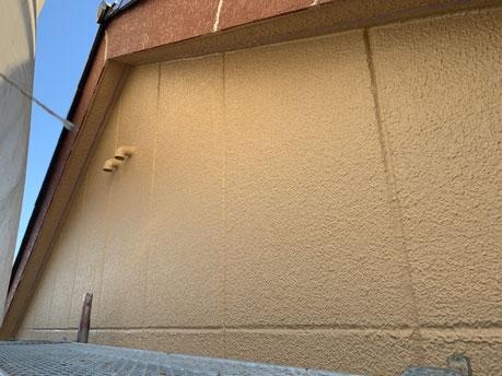 大垣市、養老町、上石津町、輪之内町、安八町、神戸町、垂井町、瑞穂市、池田町で外壁塗装工事中の外壁塗装工事専門店。大垣市三津屋町で外壁塗装工事/外壁の中塗り作業中