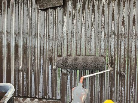 養老町、大垣市、平田町、南濃町、海津町、上石津町、輪之内町で外壁塗装工事中の外壁塗装工事専門店。養老町色目で外壁塗装工事/上塗り作業中