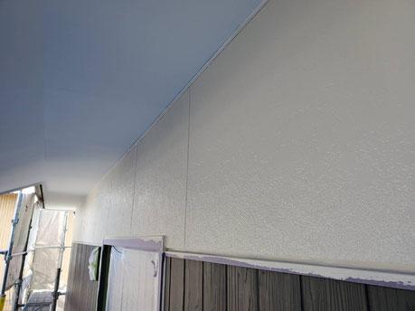養老町、大垣市、平田町、南濃町、海津町、上石津町、輪之内町で外壁塗装工事中の外壁塗装工事専門店。養老町鷲巣で外壁塗装工事/外壁の上塗り作業中