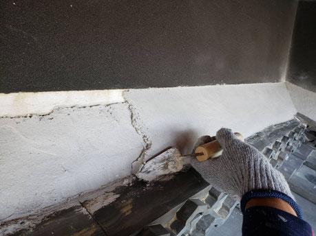 養老町、大垣市、平田町、南濃町、海津町、上石津町、輪之内町で屋根漆喰工事中の漆喰・屋根工事専門店。養老町上之郷で屋根漆喰工事/玄関屋根漆喰の上塗り作業中