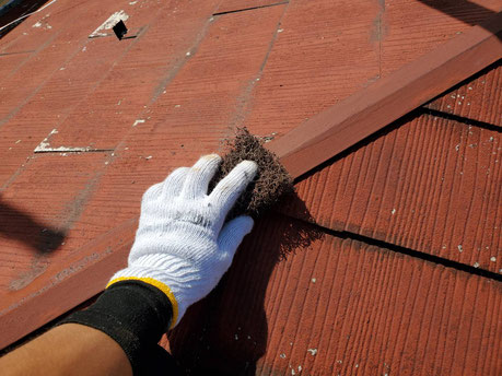 養老町、大垣市、平田町、南濃町、海津町、上石津町、輪之内町で屋根塗装工事中の屋根塗装工事専門店。養老町大場で屋根塗装工事/屋根板金部のケレン作業中