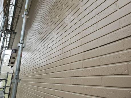 養老町、大垣市、平田町、南濃町、海津町、上石津町、輪之内町で外壁塗装工事中の外壁塗装工事専門店。養老町一色で外壁塗装工事/外壁の上塗り作業中