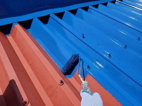 養老町、大垣市、平田町、南濃町、海津町、上石津町、輪之内町で屋根塗装工事中の屋根塗装工事専門店。養老町石畑で屋根塗装工事/屋根折板の中塗り作業中