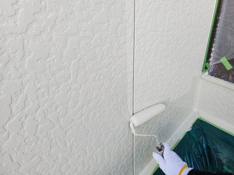 海津町、南濃町、平田町、養老町、輪之内町、羽島市、祖父江町、八開村、立田村、長島町、多度町、北勢町で外壁塗装工事中の外壁塗装工事専門店。海津町福江で外壁塗装工事/外壁の上塗り作業中