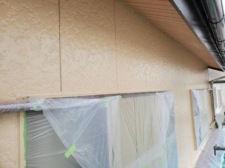 養老町、大垣市、平田町、南濃町、海津町、上石津町、輪之内町で外壁塗装工事中の外壁塗装工事専門店。養老町押越で外壁塗装工事/外壁の中塗り作業中