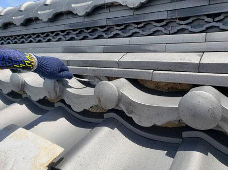 安八町、大垣市、輪之内町、羽島市、柳津町、穂積町、巣南町で屋根漆喰工事中の漆喰・屋根工事専門店。安八町で屋根漆喰工事/三日月漆喰の仕上げ塗り作業中
