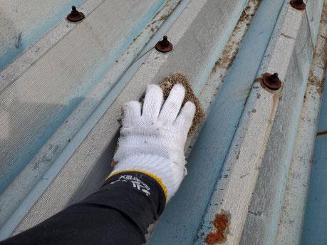 養老町、大垣市、平田町、南濃町、海津町、上石津町、輪之内町で屋根塗装工事中の屋根塗装工事専門店。養老町石畑で屋根塗装工事/屋根折板のケレン作業中