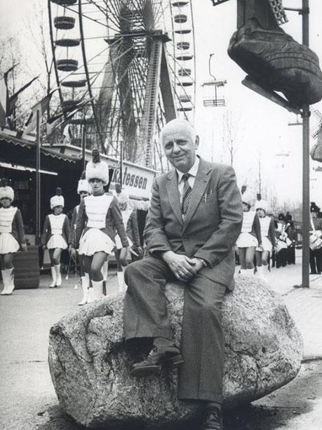 Henk Bemboom, gezeten op z'n zwerfkei alwaar hij luisterde naar de reacties van het publiek in zijn 'Wereld van Plezier'… Het is deze kei, waaronder de koopman en zijn echtgenote hun eeuwige rust hebben gevonden… (Foto: jaren '80).