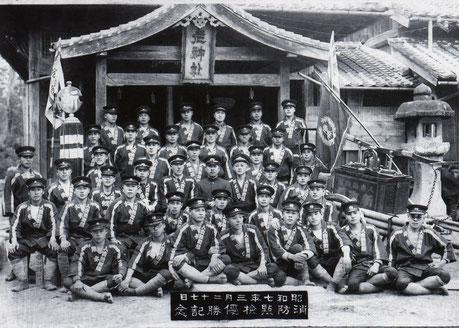 昭和七年三月二十七日 昔の消防団 人吉新町組 優勝記念 後ろの神社はそのままですね。