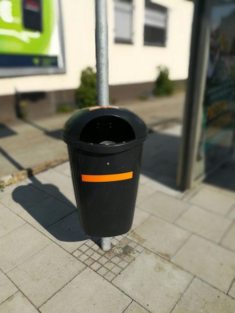 Ein Mülleimer an der Bushaltestelle
