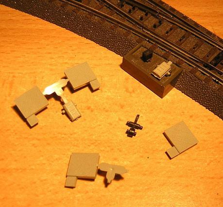 Neben Weichenlaternen können Attrappen von Seilzugabdeckungen oder Stellmotoren bei den C-Gleisweichen eingesetzt werden.