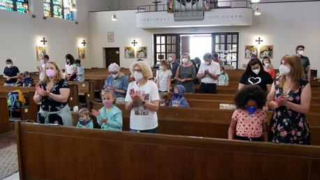 Ab 1.Juli braucht man keinen Abstand mehr einzuhalten und den Messbesuchern stehen wieder alle Sitzbänke zur Verfügung. Foto von der Erstkommunion Familienmesse am 13.Juni.
