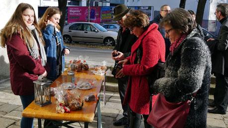 Zweiter Adventsonntag: SchülerInnen der Fachschule für Gastronomie in der Bergheidengasse (1130 Wien) verkaufen selbstgebackene Kekse, um damit 200 Portionen Essen in der Gruft zu spenden.