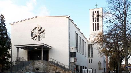 Foto der Kirche vom 13.Juni 2019. Das Kirchenschiff erstrahlt bereits in dem neuen warmen Weißton. Zum Vergleich die graue Farbe am Kirchturm, der im Agust saniert und im September gestrichen wird.