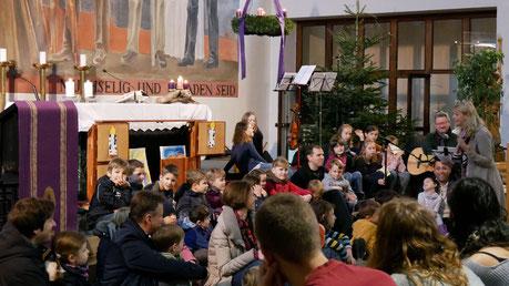 Vierter Adventsonntag: In einem Gespräch mit den Kindern erzählt Martha Mikulka, wie es Josef bei der Geburt Jesu ergangen sein mag.
