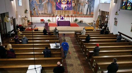 Bei der Messe am 21.Februar, dem ersten Fastensonntag, war die Kirche mit 40 Besuchern voll, da nur in jeder dritten Bank 2 Leute (oder Gruppen aus dem selben Haushalt) sitzen durften.