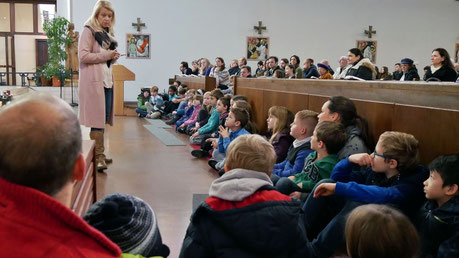 """Erster Adventsonntag: In einem Gespräch mit den Kindern gibt Martha Mikulka den KIndern eine Aufgabe mit auf den Weg: """"Seid wachsam""""."""