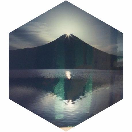 この瞬間をありがとう。 大事な知人の作品。  ダイヤモンド富士 新ページのお天道様はお見通しのタイトルはこの作品からです✨