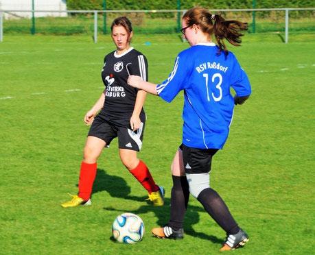 Die FSG-Abwehr um Doreen Grau (li.) verteidigte engagiert, konnte die Niederlage in Roßdorf aber nicht verhindern