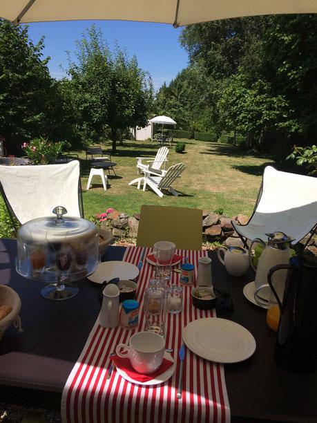 Petit déjeuner en terrasse juillet 2017