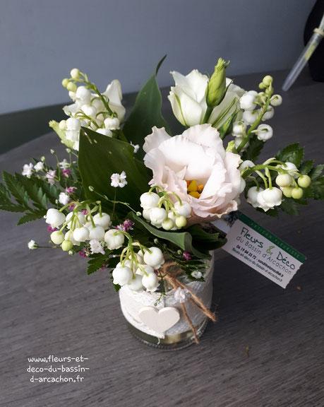 Bouquet de muguet et lisianthus dans un vase