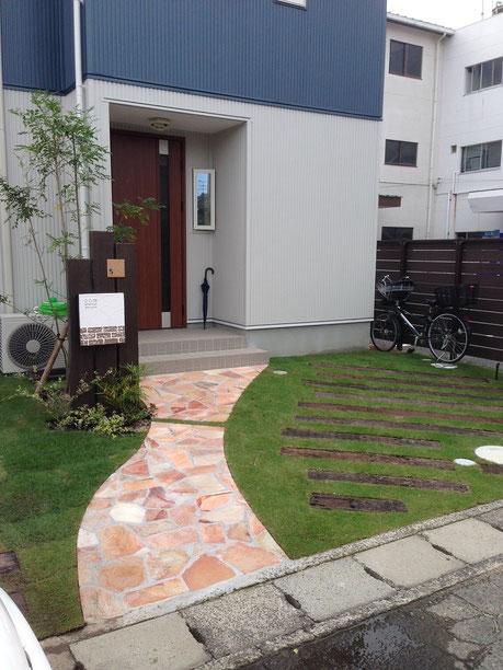 芝生と枕木の映えるナチュラルファサードプラン