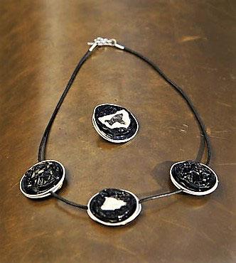 De ketting is zowel lang als kort verkrijgbaar. Driekleurige Ring of  Broche