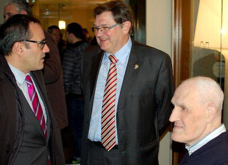 Xabi Lonbide, exdirectivo y exentrenador de Askatuak, departió con Iñaki Almandoz y Segun Azpiazu, de igual manera que el presidente de la Feder. Vasca, Arturo Aguado.