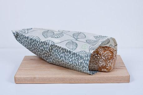Brotsack aus Bienenwachstuch genäht.