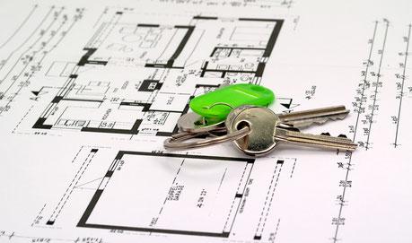 In der Hand der Haustürschlüssel zur gekauften Immobilie