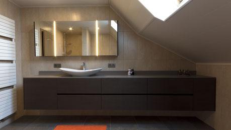 Vrijhangend badmeubel met opbouw lavabo