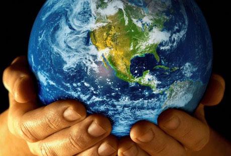 Contrairement aux Grecs qui démarrent la création des dieux par la terre, la Bible décrit les différentes étapes de la création dans l'ordre.