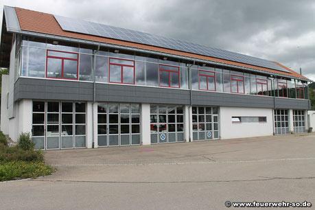 Blick auf das Gemeindezentrum, in dem auch die Feuerwehr untergebracht ist. In den Toren 2-4 sind die Fahrzeuge der Feuerwehr untergebracht.