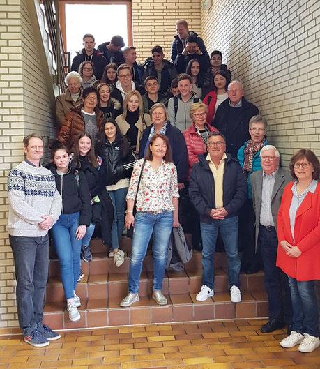 Die Teilnehmer des 18. JuleA-Kurses mit den schulischen Projektleitern Gunnar Jacobs (links), Ute Hövetborn (rechts) und SeniorTrainer Wolfgang Rochna (vorn neben Ute Hövetborn)