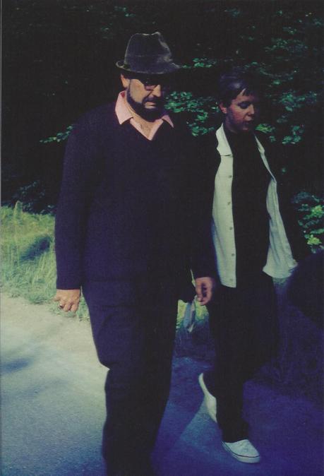Böse (rechts) auf Klassenausflug mit einem Lehrer.  Foto: Hermann Dietz