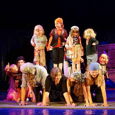 als Piraten verkleidete Eltern-Kind-Gruppe präsentiert eine Akrobatik-Pyramide