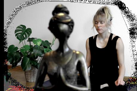 Blonde Frau meditiert zu Hause